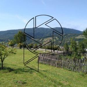 Siněvir dole za plotem